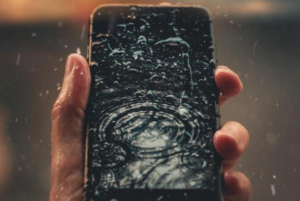 telefoon-in-het-water-gevallen